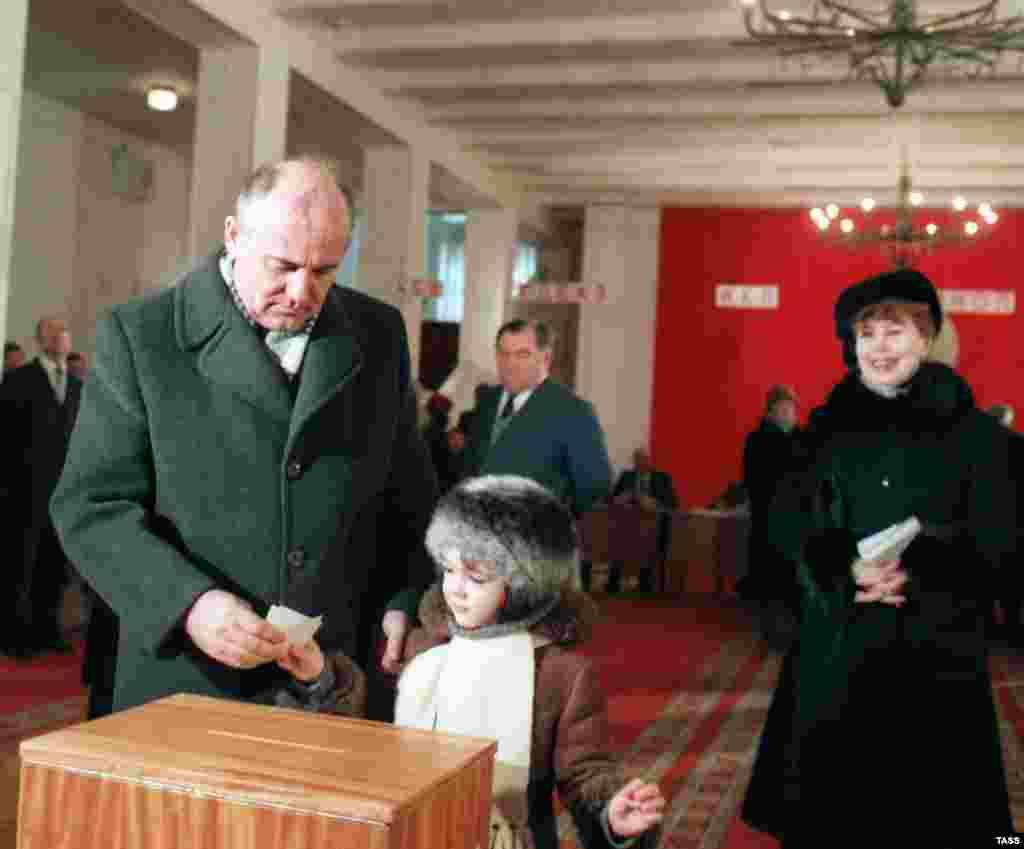 Михаил Горбачев с семьей голосует на выборах в Верховный совет РСФСР, 24 февраля 1985