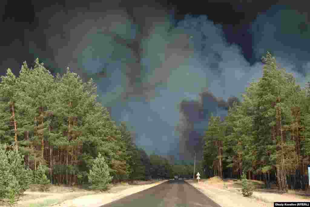 Небо в районі лісових пожеж 7 липня. Новоайдарський район Луганщини. За попередніми підрахунками ДСНС, вигоріло п'ять тисяч гектарів лісу