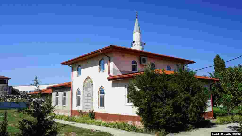 За рестораном находится мечеть Янъы Сарабуз джамиси