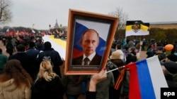 Портрет Володимира Путіна на марші прихильників російських націоналістичних рухів. Санкт-Петербург, листопад 2014 року