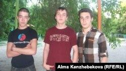 9-сынып оқушылары Илья Болашов (сол жақта), Егор Бородин (ортада) және Андрей Гункин. Алматы, 12 маусым 2014 жыл.