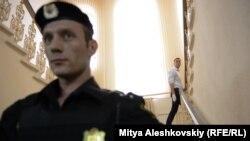 Alexei Navalnîi, în spatele poliţistului, urcând scările judecătoriei din Kirov