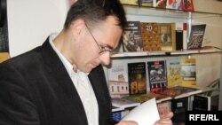 Юры Гардзееў падпісвае сваю новую кнігу.