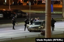 Security forces stop a car in Minsk and forcibly detain its occupants on the night of August 11-12.