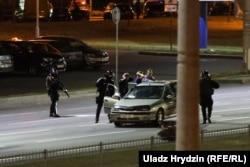 A rendőrök arra járó autóra is lőttek, kirángatták az utasokat és jól megverték őket. Ez már augusztus 11. éjszakája.