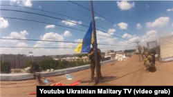 Українські військові встановлюють український прапор у Слов'янську