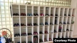 Полка с детской обувью в одном из детских садов. Иллюстративное фото.
