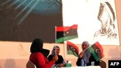 Ливия туын ұстап отырған әйелдер. (Көрнекі сурет)