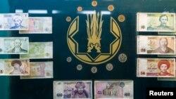 Қазақстанның айналымнан шығарылған алғашқы монеталары мен банкноттары. (Көрнекі сурет).
