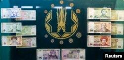 Первые банкноты и монеты тенге в музее Национального банка Казахстана. Алматы, 23 октября 2013 года.