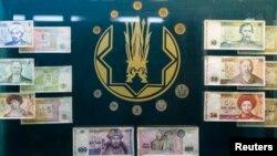 Купюры и монеты тенге в музее Национального банка Казахстана.