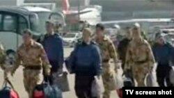 ملوان ها از هواپیما پیاده شدند.