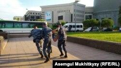 Задержания в районе монумента «Байтерек» в Нур-Cултане после инаугурации Касым-Жомарта Токаева, президента Казахстана. 12 июня 2019 года.