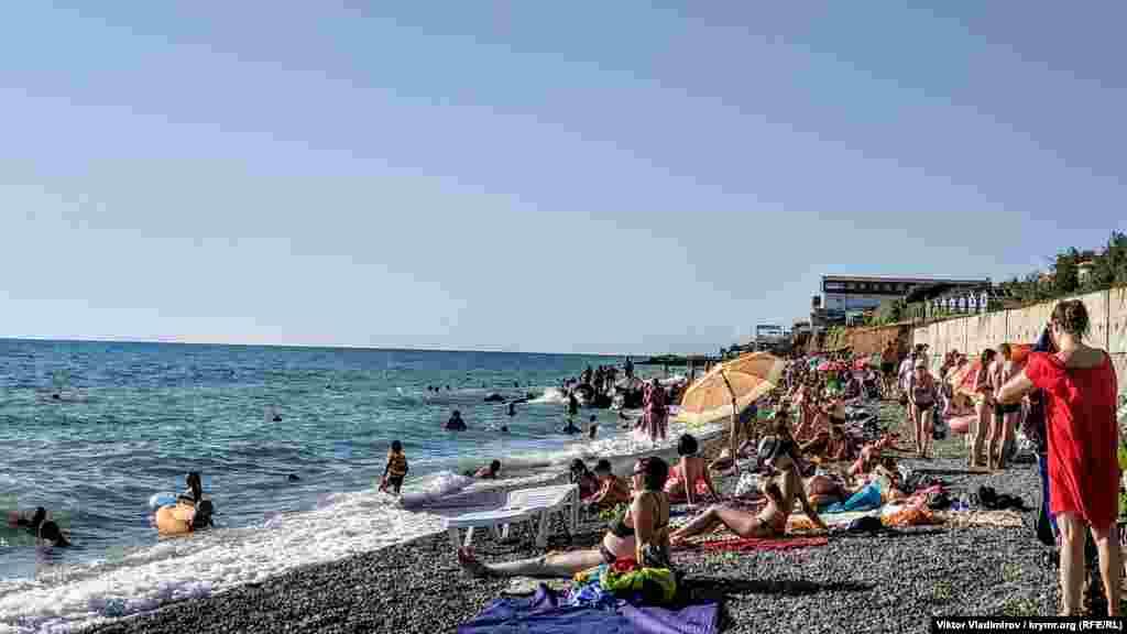 Відпочивальники на пляжі в недільний день