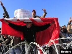 Протестующие из бедных сельских районов скандируют лозунги у резиденции премьер-министра. Тунис, 23 января 2011 года.