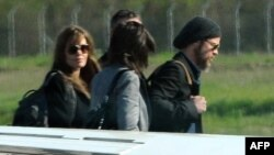 Angelina Jolie i Brad Pitt na aerodromu u Tivtu, 06.04.2010.