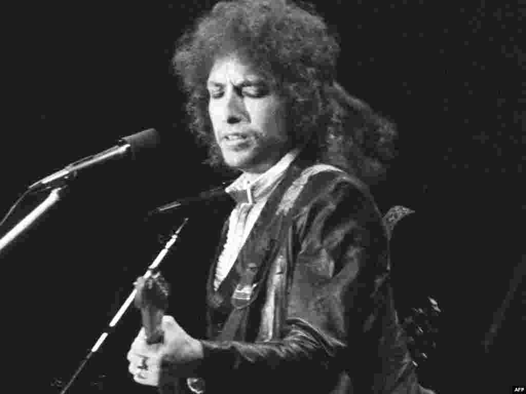 Dylan performs in Paris in July 1978.