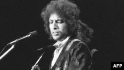 باب دیلن در حال اجرای کنسرت در پاریس- سوم ژوئیه ۱۹۷۸