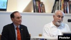 Քրիս Բոհջալյանը (ձ) և Վարուժան Ոսկանյանը Երևանում, 24-ը սեպտեմբերի, 2015թ.