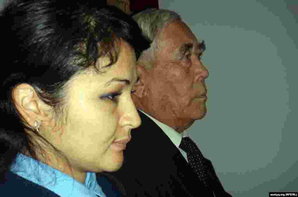 Габит Курманкулова признали виновным в причастности к обоим убийствам, в участии в террористической группировке и пропаганде экстремизма, в совершении разбойного нападения, в незаконном приобретении и ношении оружия. На фото: место перестрелки - дом на улице Краснощекова. Актобе, 25 июня 2012 года.