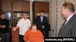 Украінскі амбасадар Ігар Кізім перадае вазок Ніне Жызьнеўскай