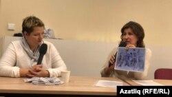 Александра Крыленкова һәм Миләүшә Нурлыгаянова. Миләүшә ханым тоткын Эдуард Низамовның төрмәдә ясаган рәсемнәрен күрсәтә