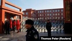 Стражи порядка у школы, где произошло нападение