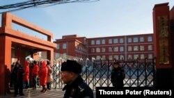 Полиция в Пекине стоит за пределами территории начальной школы, пострадавшей от ножевого нападения 8 января 2019 года. Иллюстративное фото.