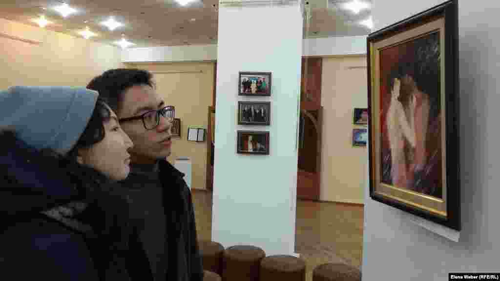 На выставку приходят и взрослые, и молодые посетители. Но как говорят сотрудники музея, им хотелось бы видеть на подобных выставках, несущих большую смысловую нагрузку, побольше детей, подростков, студентов.