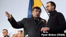 Михаил Саакашвили (слева) во время акции протеста перед Верховной радой в Киеве, 22 октября 2017 года