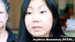 «БТА банк» ісі бойынша сотталушылардың бірінің туысы Жанна Байжанова. Алматы қалалық сотының алды. Алматы, 6 тамыз 2012 жыл.