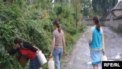 Qadınların sərbəst getdiyi yerlər bazar və arxdır. Bəli arx. XXI əsrdə qadınlar hələ də əllərində vedrə evlərinə su daşıyırlar