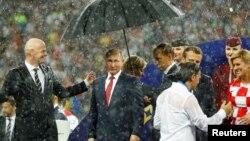 Қолшатыр астындағы Ресей президенті Владимир Путин.