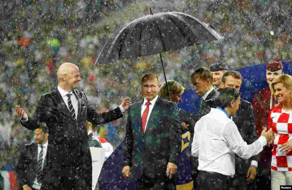 После завершения финального матча чемпионата мира по футболу в Москве. Июль 2018 года. Тогда Путина критиковали за то, что над ним охрана раскрыла зонт, в то время как стоявшие рядом президенты Франции и Хорватии, чьи сборные играли в финале чемпионата, мокли под дождем.