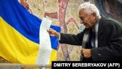 Un ucrainean la vot în alegerile precedente