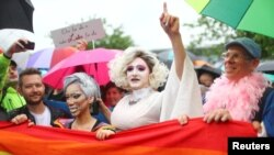 По данным соцопросов, большинство жителей Германии поддерживают однополые браки.