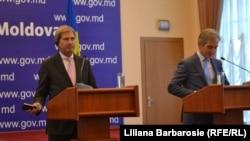 ԵՄ հանձնակատար Յոհանես Հանի (ձախից) և Մոլդովայի վարչապետ Յուրի Լյանկեի համատեղ ասուլիսը, Քիշնև, 6-ը նոյեմբերի, 2014թ․