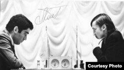 Чемпионат мира по шахматам между Анатолием Карповым (справа) и Гарри Каспаровым (слева). Момент игры. Москва, 1985