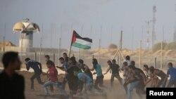 Газа секторымен шекарада израильдік әскерилер қолданған жас ағызатын газдан қашып бара жатқан палестиналықтар. 12 қазан 2018 жыл.