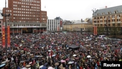 "Thousands of people turned up in poor weather to participate in the singing of ""The Children of the Rainbow"" in Oslo."