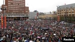 Тысячы людзей выходзілі на вуліцы нарвэскіх гарадоў, каб ушанаваць памяць забітых