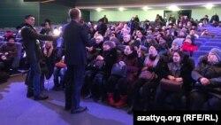 Астана қаласы әкімінің орынбасары Ермек Аманшаев наразы аналармен кездесуде сөйлеп тұр. Астана, 6 ақпан 2019 жыл
