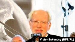 Gidon Kremer pronunțînd elogiul pentru Slava Rostropovici