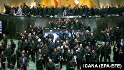 Ligjvënësit iranian të veshur me uniforma të Gradës Revolucionare