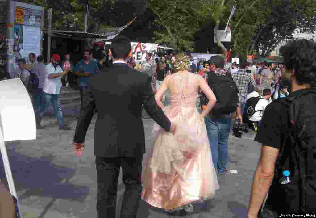 زوج جوان در میان معترضان