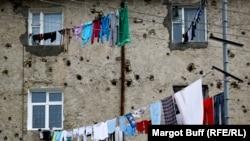 Пулевые отверстия в стенах здания в городе Степанакерте. Нагорный Карабах, 25 марта 2014 года.