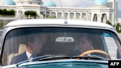 Президент Туркменистана Гурбангулы Бердымухамедов (справа) и посетивший Ашгабат с визитом премьер-министр России Дмитрий Медведев в автомобиле ГАЗ-21. 31 мая 2019 года.