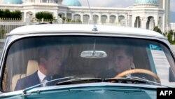 Түркіменстан президенті Гурбангулы Бердімұхамедов (оң жақта) және Ресейдің премьер-министрі Дмитрий Медведевтің Ашғабаттағы кездесуі аясында көлікке мінген сәті. 31 мамыр 2019 жыл.