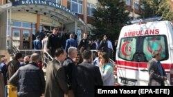 Люди і «швидка допомога» біля будівлі університету, де сталася стрілянина, Ескішехір, Туреччина, 5 квітня 2018 року