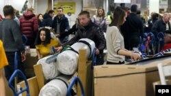 Рубль құнсызданған кезде жиһаз сатып алып жатқан ресейліктер. Мәскеу, 19 желтоқсан 2014 жыл. (Көрнекі сурет)